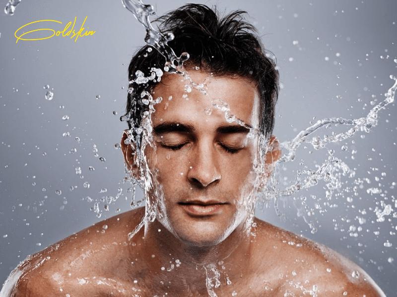 Rửa mặt sạch với nước để sạch bụi bẩn