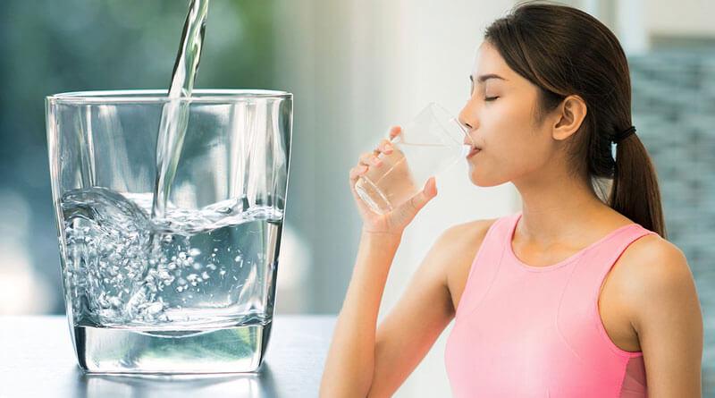Khi bị mụn cần uống nhiều nước để cân bằng độ ẩm cho da và thúc đẩy quá trình thải độc của cơ thể