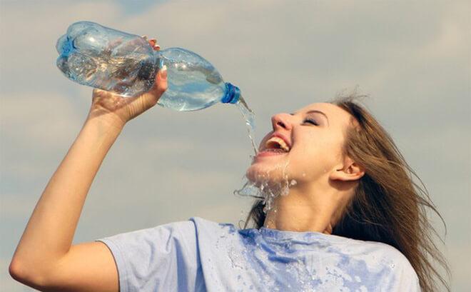 Uống nhiều nước để giữ ẩm cho da và giúp tăng đề kháng cho da