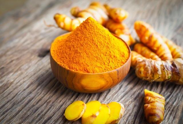 Tinh bột nghệ có tính kháng viêm, tiêu sưng nên mang hiệu quả rất tốt trong việc trị mụn