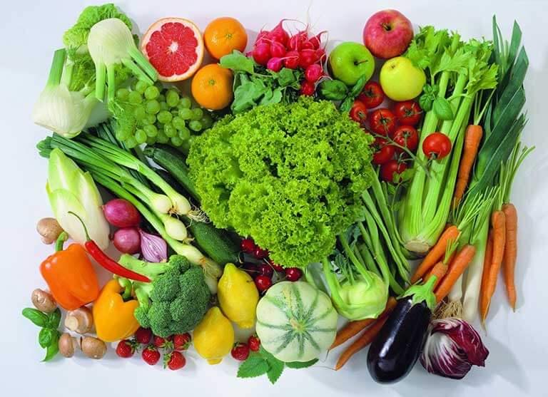 Tích cực ăn nhiều rau xanh để tăng cường đề kháng cho da trước những tác nhân gây ra mụn