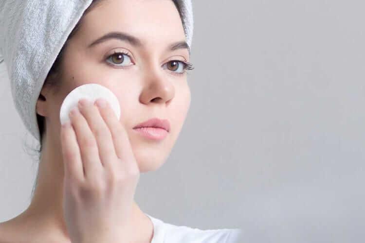 Sát khuẩn cho da là điều cần làm đầu tiên sau khi nặn mụn