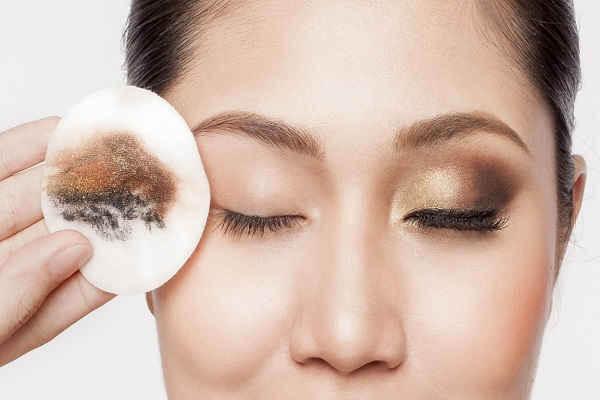 Tẩy trang và rửa mặt không sạch là nguyên nhân phổ biến gây mụn bọc