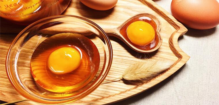 Trứng gà và mật ong là những nguyên liệu nổi tiếng trong việc trị mụn và dưỡng da, đặc biệt là mụn đầu đen