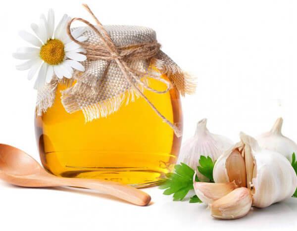 Mật ong và tỏi là những nguyên liệu có tình kháng viêm, rất tốt trong việc trị mụn