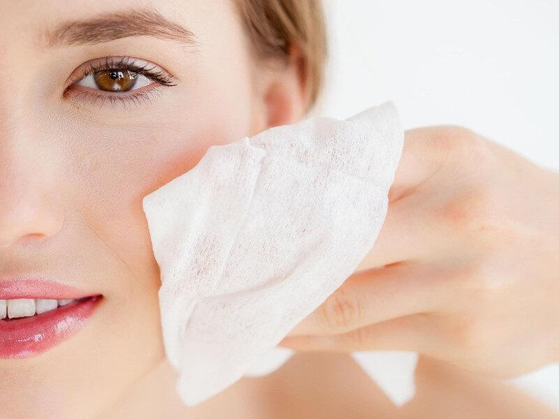 Tiếp xúc với môi trường khói bụi, trang điểm nhưng tẩy trang không sạch là nguyên nhân chính gây mụn ở vùng cằm