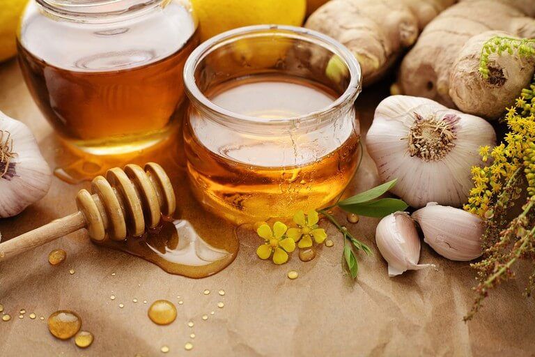 Mật ong và tỏi có công dùng tuyệt với trong việc trị mụn