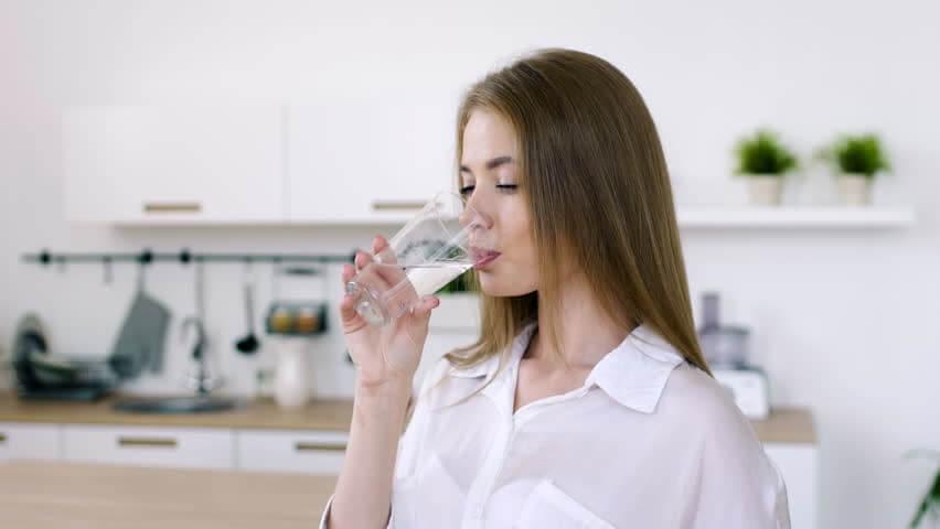 Uống nhiều nước để cân bằng độ ẩm cho da từ đó sẽ ngăn ngừa sự phát triển và lây lan của mụn