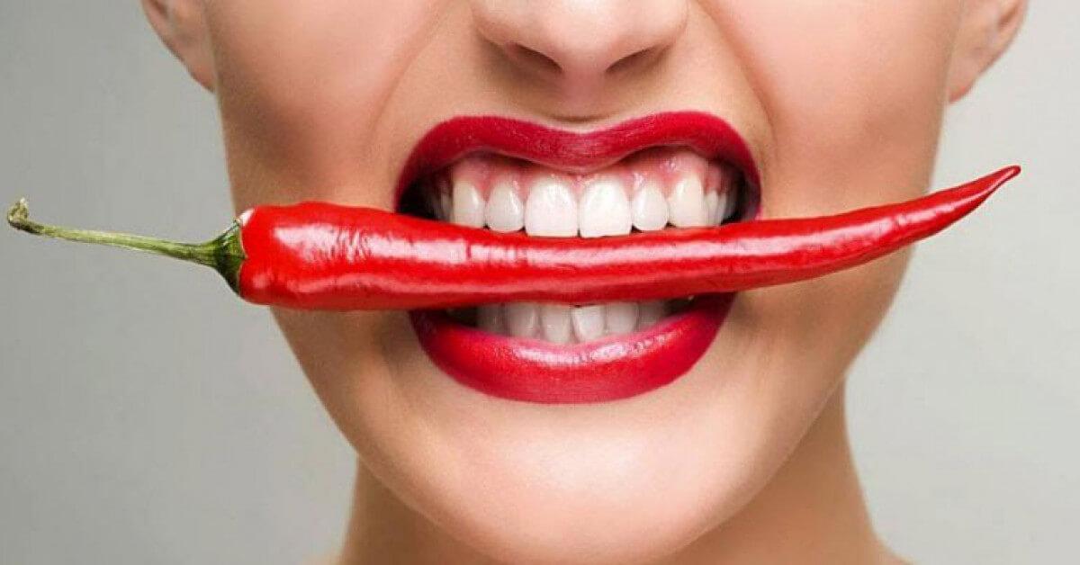 Thực phẩm cay nóng khiến chức năng gan bị suy giảm, từ đó gây mụn trên vùng trán