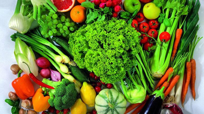 Ăn nhiều rau và uống nhiều nước sau khi phun môi để ngăn sự phát triển của mụn nước