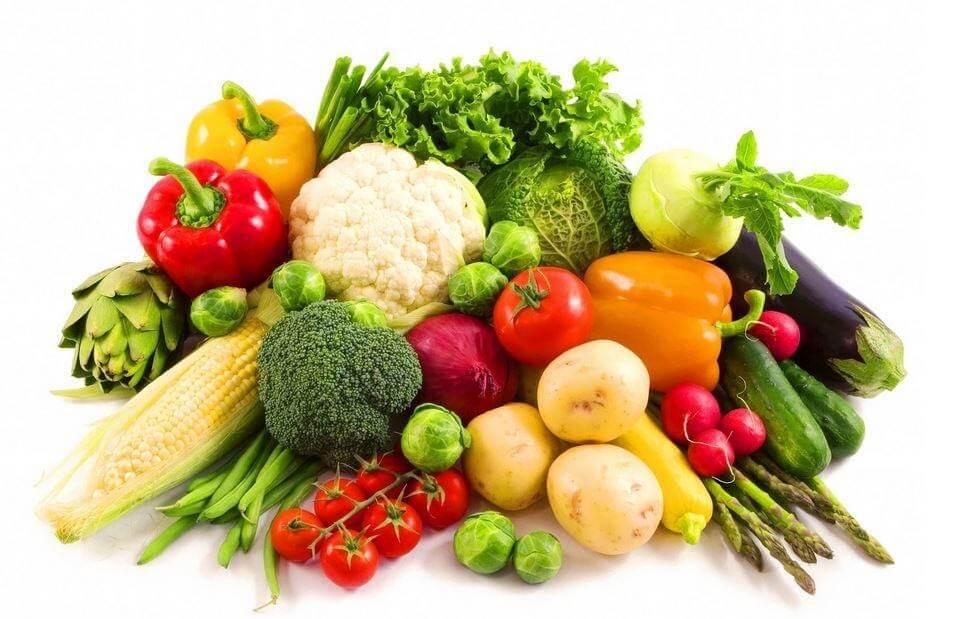 Nên ăn nhiều rau củ giúp cung cấp vitamin để giúp môi mau lành những vết thương