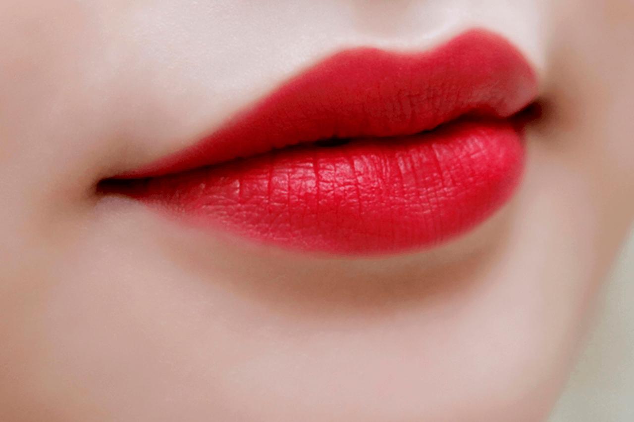 Để có thể giữ màu sau khi xăm môi thì trong thuốc xăm môi thường sẽ có những thành phần chính như: Oxit Titanium, sắt oxit, chì và thủy ngân
