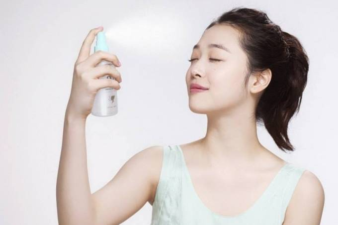 Xịt khoáng là hỗn hợp nước và các khoáng chất cần thiết giúp dưỡng ẩm cho da