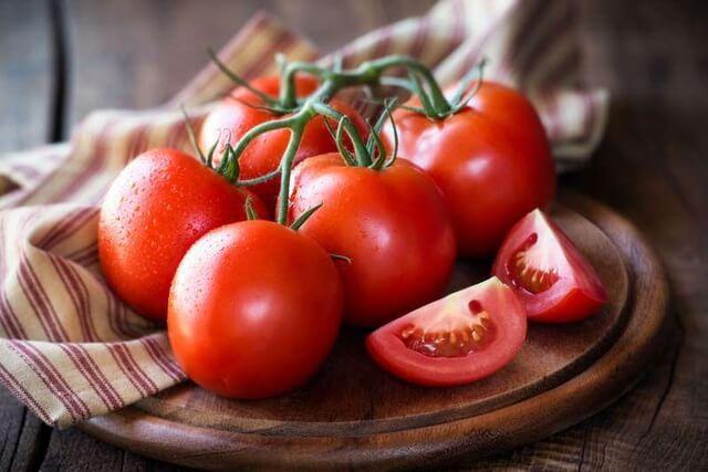 Cà chua tươi được xem là loại quả hỗ trợ tiêu diệt mụn rất tốt cho da do có tính sát trùng tự nhiên