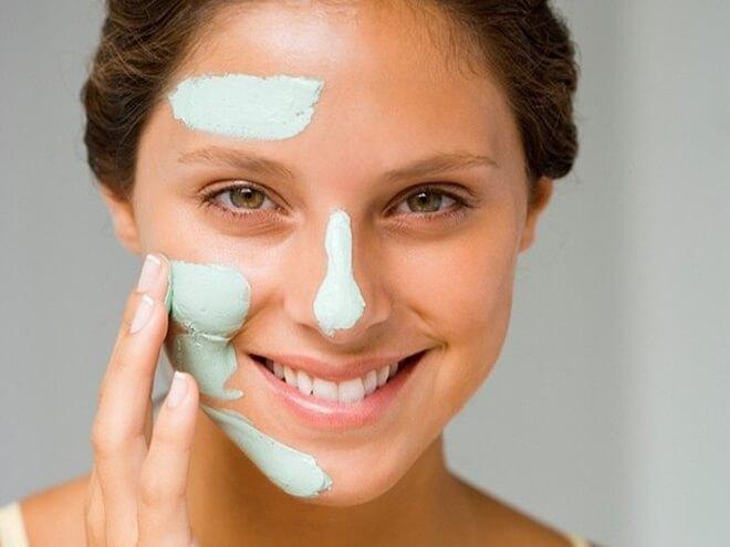 Kem đánh răng chứa sẵn các chất giúp tiêu diệt các vi khuẩn gây mụn và làm lành các hư tổn trên da