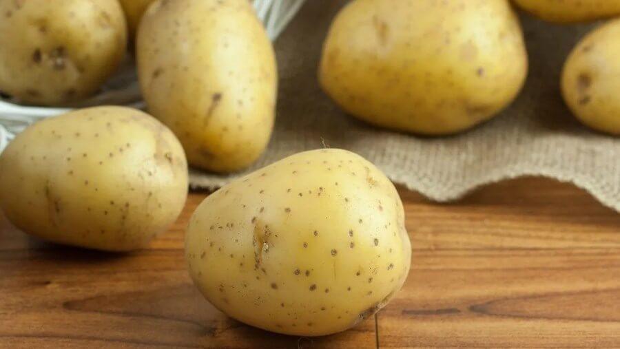 Khoai tây có chứa các vitamin B1, B2, C … rất dồi dào giúp giảm sưng tấy, hỗ trợ trị mụn