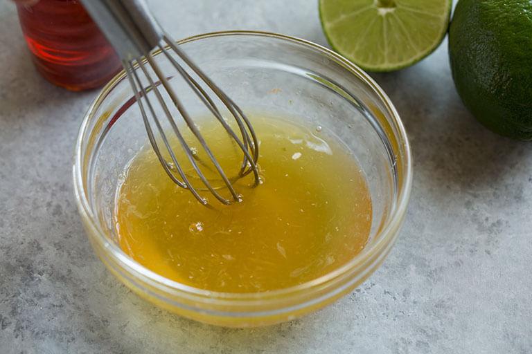 Trị mụn đầu đen tại nhà bằng mật ong và nước cốt chanh