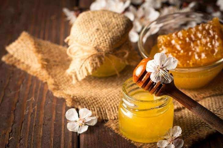 Mật ong có tính tiêu viêm và kháng khuẩn cao nên được sử dụng rộng rãi để trị mụn