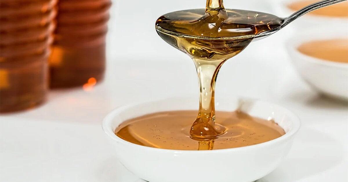 Mật ong nguyên chất rất hiệu quả trong điều trị mụn đầu đen