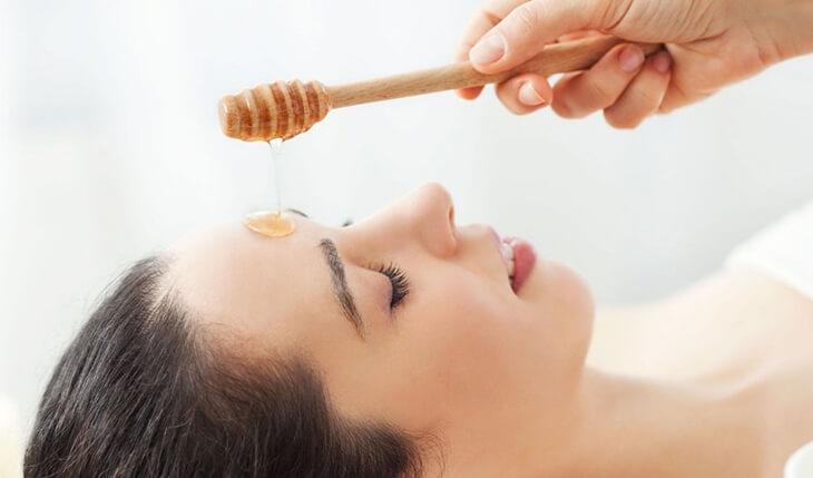 Trị mụn đầu đen bằng cách dùng mật ong nguyên chất thoa lên mũi