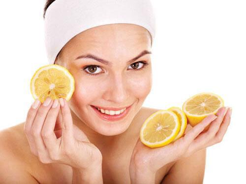 Chanh là nguyên liệu có công dụng tuyệt vời trong việc trị mụn đầu đen