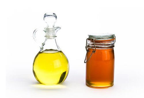 Mật ong và dầu ô liu là một trong những cách trị mụn đầu đen hiệu quả