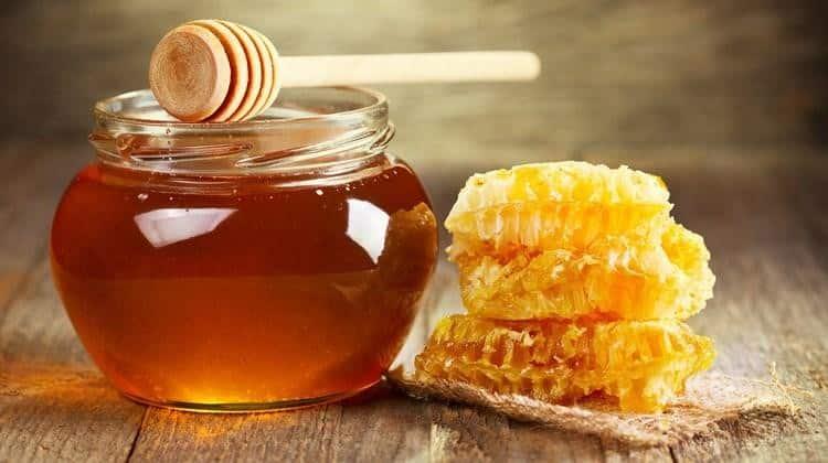 Mật ong là lựa chọn ưu tiên hàng đầu trong việc trị mụn đầu đen