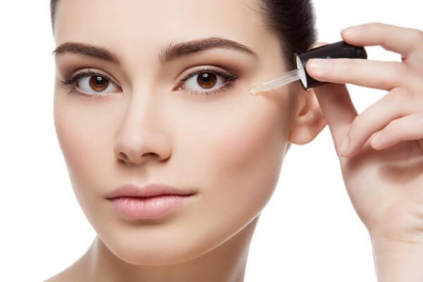 Sử dụng các loại thuốc bôi trị mụn ngoài da là cách trị mụn ẩn dưới da ở cằm được nhiều người áp dụng thành công