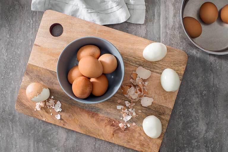 Phương pháp trị mụn đầu đen bằng trứng gà luộc rất thông dụng