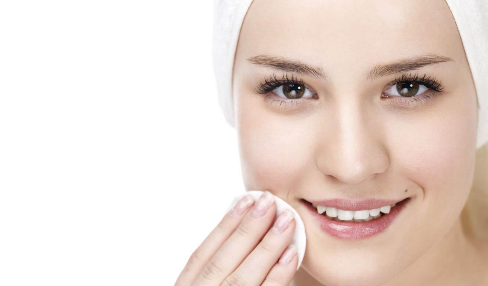 Giữ vệ sinh da mặt luôn là phương pháp tối ưu ngăn chặn sự lây lan và phát triển của mụn