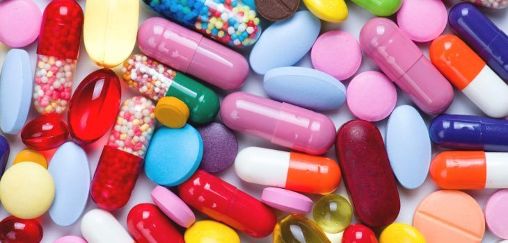 Thuốc tây có công dụng tốt trong điều trị mụn đầu đen nhưng nên lưu ý về thành phần của thuốc