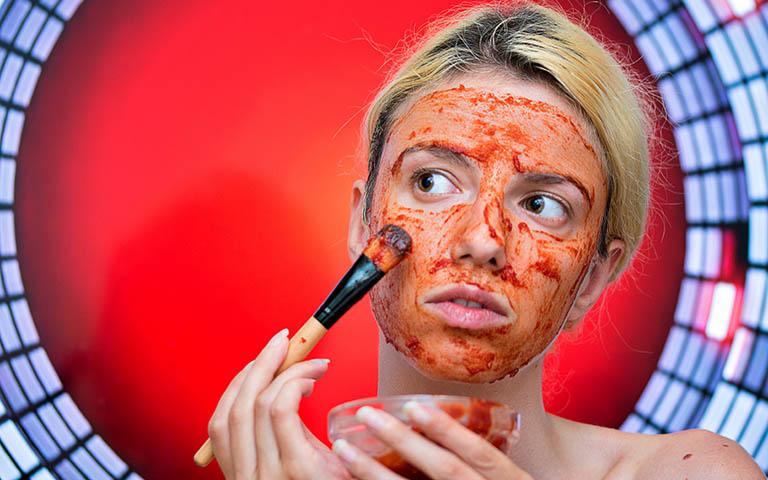 Dứt điểm mụn đầu đen đơn giản bằng mặt nạ cà chua kết hợp với nước cốt chanh
