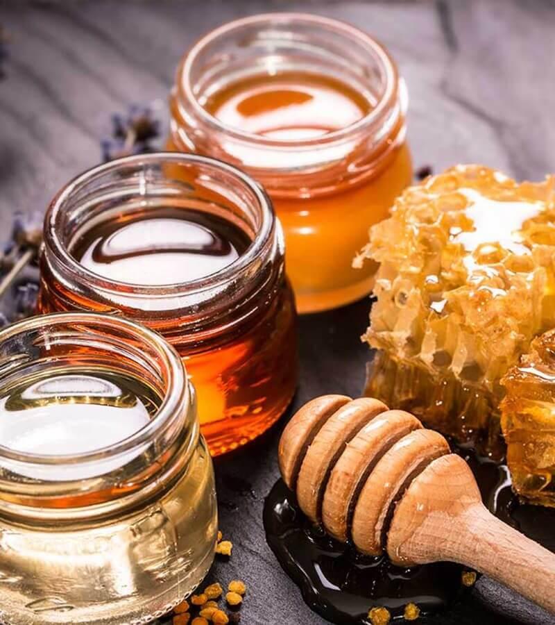 Các thành phần kháng khuẩn mạnh mẽ trong mật ong sẽ giúp bạn nhanh chóng đánh bay những nốt mụn đầu đen