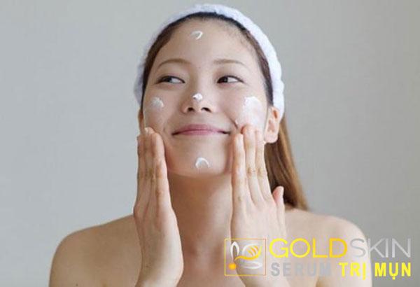 Sử dụng kem dưỡng ẩm để giữ nước cho da hằng ngày