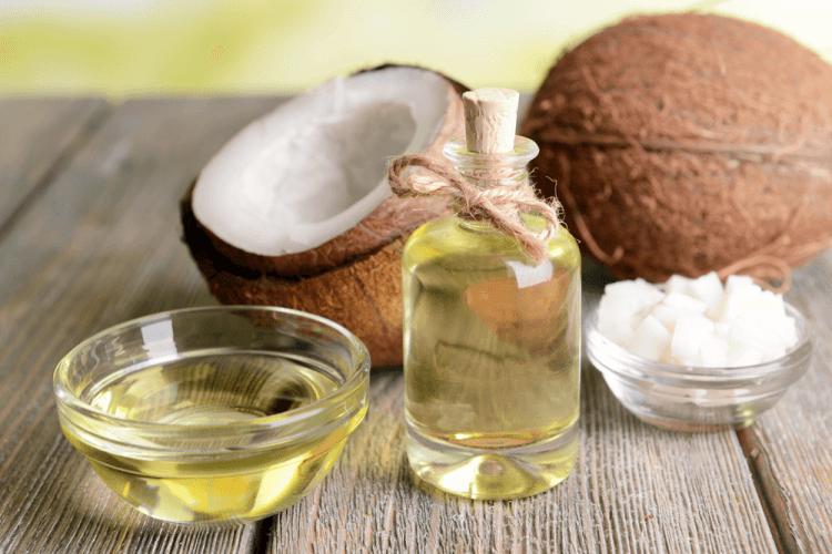 Dầu dừa có tính năng kháng khuẩn, kháng viêm, chữa lành những vết sưng tấy của mụn