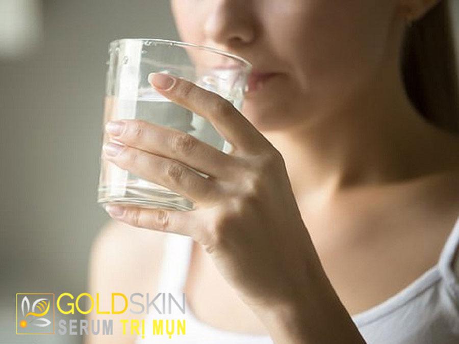 Bổ sung ít nhất là 2 lít nước mỗi ngày giúp tăng cường độ ẩm và đàn hồi của làn da