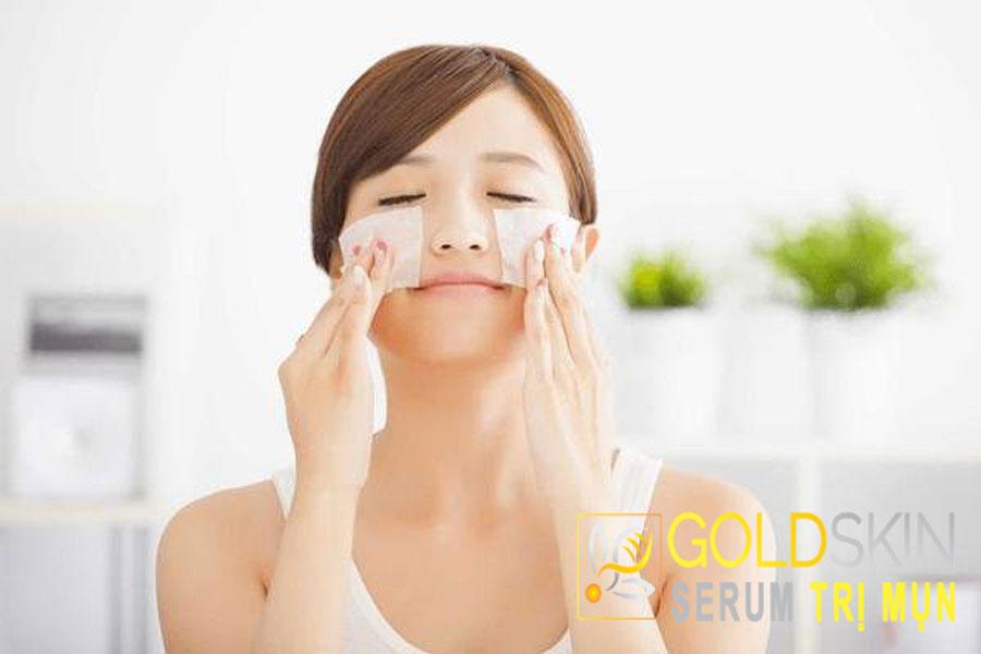 Sử dụng giấy thấm dầu để thấm đi hết lượng bã nhờn trên da