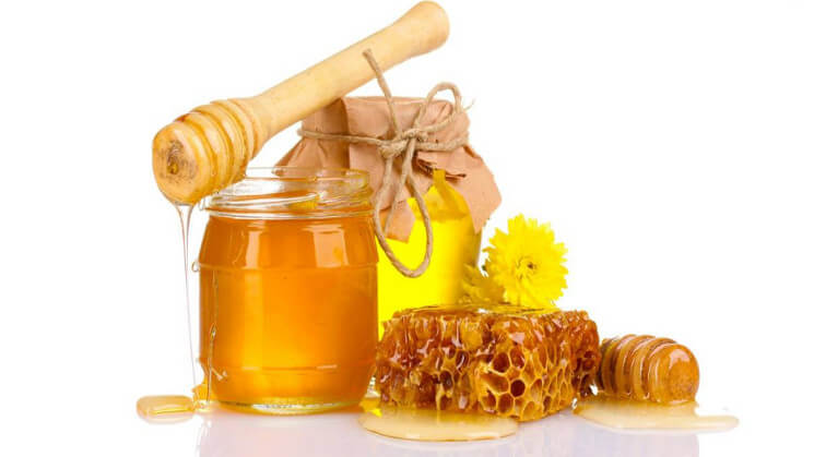 Mật ong chứa các chất oxy hóa, các hợp chất axit và các vitamin giúp loại bỏ đi mụn đầu đen