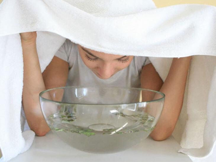 Xông hơi là một trong những phương pháp điều trị mụn đầu đen khá hiệu quả