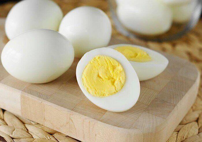 Ngoài lột mụn đầu đen ở mũi bằng lòng trắng trứng gà thì trứng gà luộc cũng có thể hút được cả mụn đầu đen ở mũi