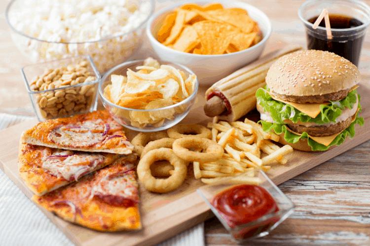Axit béo bão hòa thể có trong đồ ăn nhanh và đồ ăn nhiều dầu mỡ làm tăng mức độ viêm và mụn