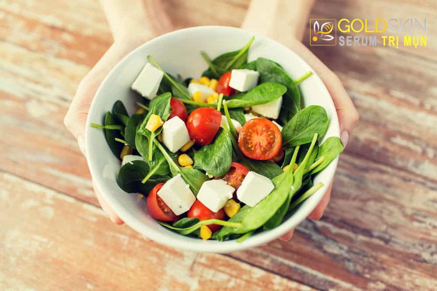ăn uống lành mạnh sẽ giúp trị mụn hiệu quả