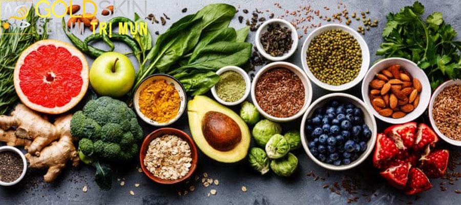 Ăn uống khoa học và lành mạnh để kìm hãm sự phát triển của mụn lưng.