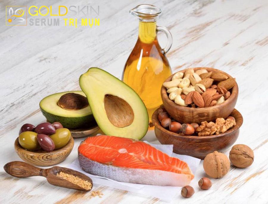 Cá hồi, cá thu, cá ngừ, dầu ô liu, bơ, hạt óc chó, bơ, hạnh nhân,... đều rất giàu omega 3