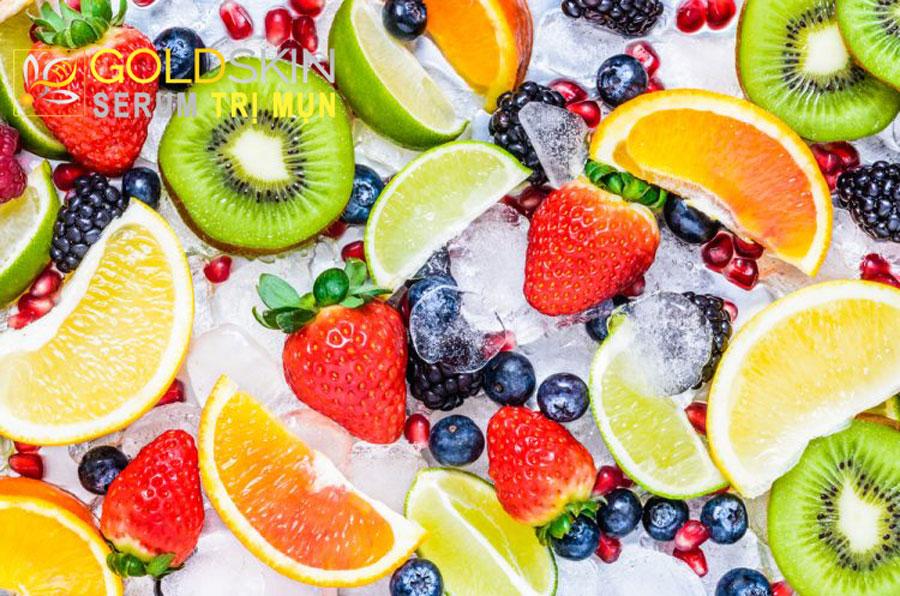 Ăn nhiều trái cây để giúp bổ sung các vitamin và khoáng chất hỗ trợ tiến trình điều trị mụn hiệu quả.