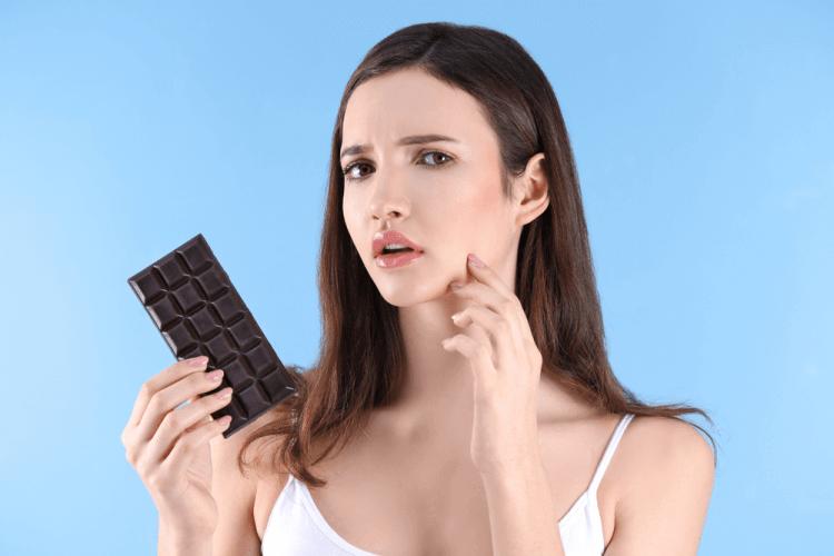 Thực phẩm chứa đường và sữa như chocolate sẽ không tốt cho da mụn