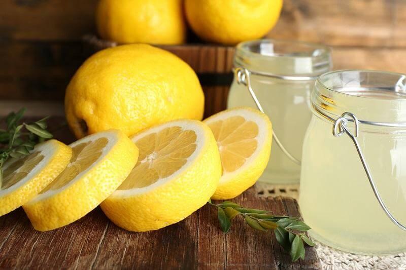 Trong nước cốt chanh có chứa thành phần axit hỗ trợ kháng viêm, tẩy đi tế bào chết