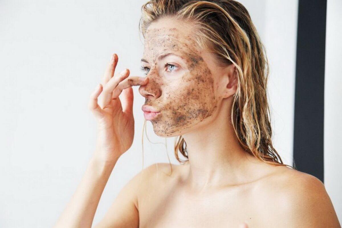 Tẩy da chết giúp loại bỏ đi tế bào chết sần sùi, thô ráp và giúp hạn chế bị bít tắc lỗ chân lông gây mụn trên da