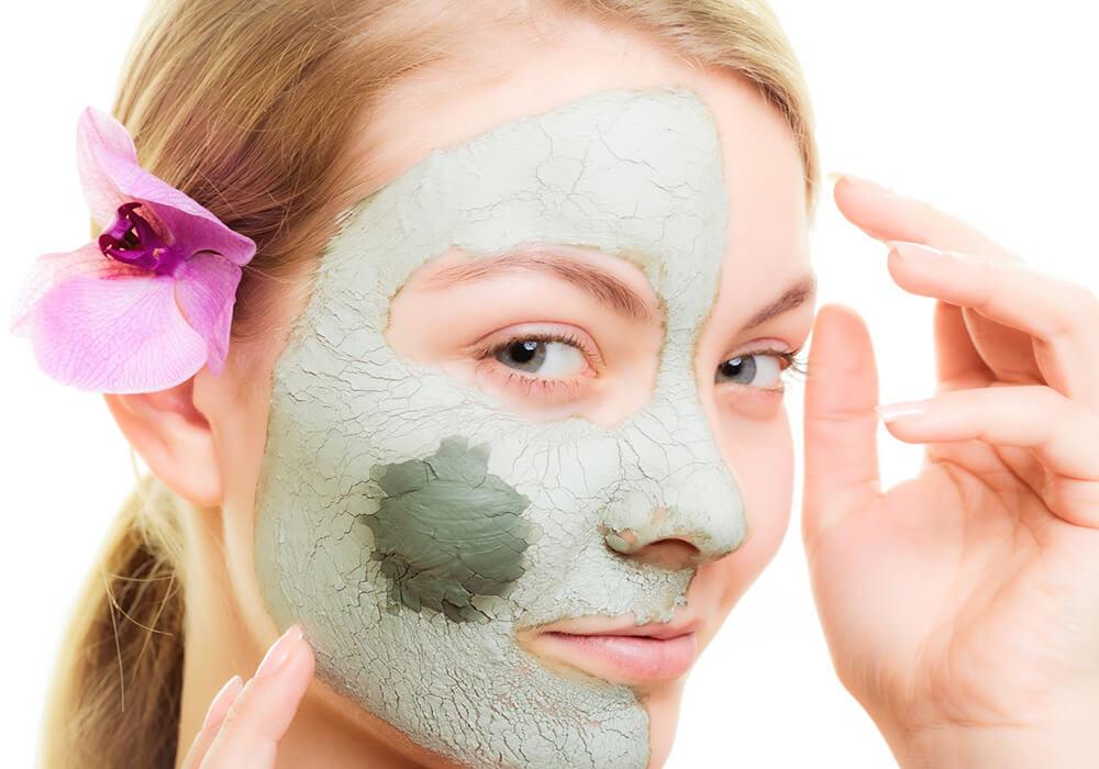 Đất sét vốn được biết đến bởi khả năng là kháng khuẩn, làm dịu da, giảm mẩn đỏ và kích ứng da khi bị nổi mụn