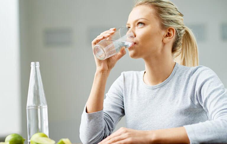 Bổ sung đủ nước cho cơ thể cân bằng độ ẩm trên da, ngăn mụn quay trở lại
